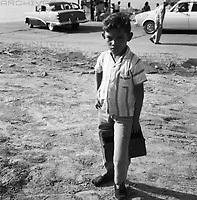 Junge am Ufer vor Autos, Venezuela 1966: Boy at the river bank in front of cars, Venezuela 1966.