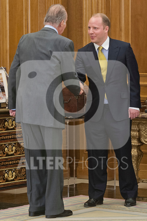 Spain´s King Juan Carlos I in the audience with  the board of directors of Altadis. In the picture Spain´s King Juan Carlos I with  Mr. Dominic Brisby President of Altadis. July 17, 2012. (ALTERPHOTOS/Ricky)