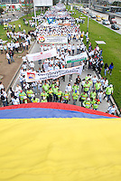"""BOGOTA-COLOMBIA: 09-04-2013: Miles de Colombianos encabezados por el Presidente Juan Manuel Santos, marcharon por la Paz en las calles de Bogotá, abril 9 de 2013. El presidente Santos desmintió que las Fuerzas Armadas Revolucionarias de Colombia (FARC), estén infiltradas presionando a los campesinos para marchar, """"Yo no veo guerrillas alrededor mío"""", agrego el mandatario. La jornada comenzó pasadas las ocho de la mañana en el monumento de los Caídos, en el occidente de Bogotá y se dirigió a la Plaza de Bolivar en el centro de la capital colombiana. (Fotos: VizzorImage / Luis Ramírez / Staff.) Thousands of Colombians headed by President Juan Manuel Santos, marched for peace on the streets of Bogota,, April 9, 2013. President Santos denied that the Revolutionary Armed Forces of Colombia (FARC) are infiltrated pressuring farmers to march, """"I do not see guerrillas around me,"""" Santos said. The marches began just after eight o'clock in the Memorial Monument in western Bogota and went to the Plaza de Bolivar in downtown Bogota. (Photos: VizzorImage / Luis Ramirez / Staff.)......"""