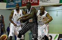 MANIZALEZ -COLOMBIA-19-04-2013. César Cortés (i) y Room Rafael Sanders (d) de Once Caldas disputan el balón con Jeff Jahnbulleh (c) de Piratas durante partido de la fecha 1 fase II de la Liga DirecTV de baloncesto profesional colombiano 2013 disputado en la ciudad de Manizales./  César Cortés (l) and Room Rafael Sanders (r) de Once Caldas fight for the ball with Jeff Jahnbulleh (c) of Piratas during game of the first date phase II of DirecTV League of professional Basketball of Colombia 2013 at Manizales city. Photo: VizzorImage/JJ Bonilla/STR
