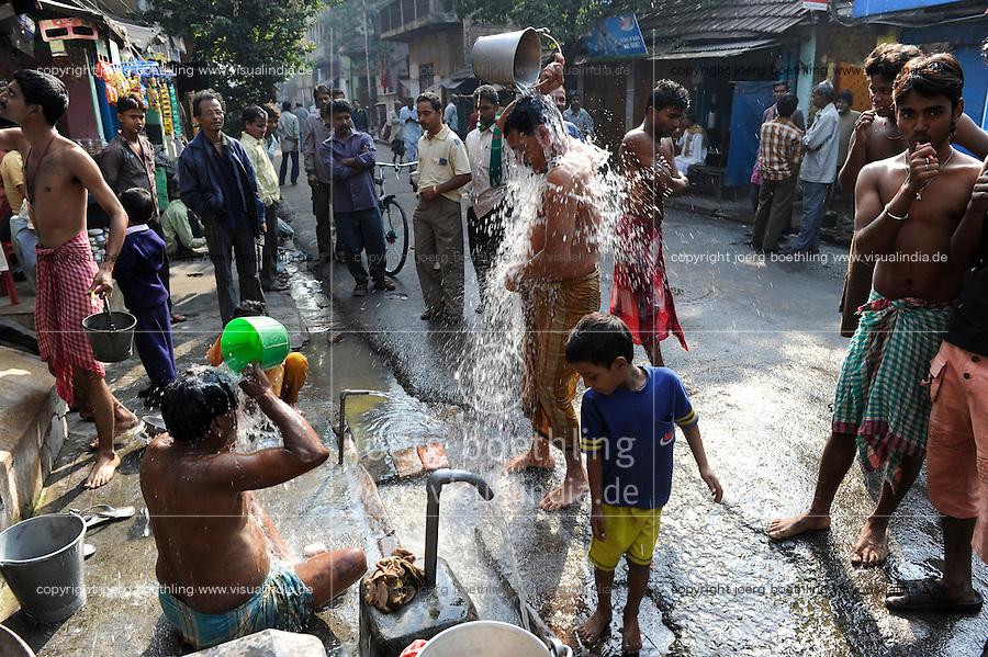 INDIA Westbengal Calcutta Kolkata, people take bath on the road/ INDIEN Westbengalen Megacity Kalkutta, Menschen waschen sich auf der Strasse
