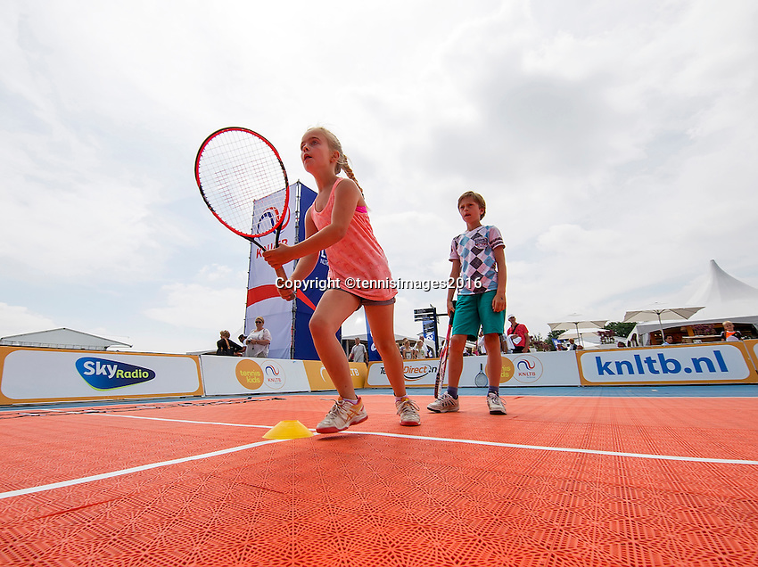 Den Bosch, Netherlands, 08 June, 2016, Tennis, Ricoh Open, KNLTB tennis plaza kidsday<br /> Photo: Henk Koster/tennisimages.com