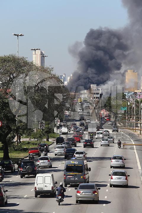 SÃO PAULO, SP, 31.07.2013 -NCÊNDIO/MOOCA - CIDADES - Um incêndio atingiu na manhã desta quarta- feira, 31, o depósito dos Armarinhos Fernando, na zona leste de São Paulo. De acordo com o Corpo de Bombeiros, as chamas começaram um pouco antes das 10 horas, no número 156 da Avenida Paes de Barros, na Mooca. Ainda segundo a corporação, o incêndio não deixou vítimas. Estão no local 14 equipes para combater as chamas, que até às 11h45 ainda não tinham sido controladas, imagem vista a apartir da Avenida Alcantara Machado (Radial Leste) sentido Leste.Foto: Vanessa Carvalho/Brazil Photo Press.)
