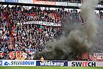 Nederland, Enschede, 26 april  2015<br /> Eredivisie<br /> Seizoen 2014-2015<br /> FC Twente-AZ<br /> Zwarte rookwolken stijgen op in de Grolsch Veste. Supporters van FC Twente uiten hun ongenoegen over het slechte seizoen. Supporters tonen een spandoek met de tekst: Bedankt voor dit gitzwarte seizoen