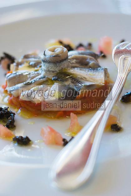 Europe/France/Languedoc-Roussillon/66/Pyrénées-Orientales/Collioure:  Rosace d'Anchois de  Collioure ,compotée d'oignons et poivron rouge ,vinaigre baslamique recette de  José Vinal chef du restaurant La Balette