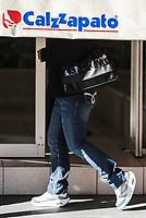 Comensales caminando por la acera del Centro de Hermosillo.<br /> Calzazapato. Calzado. Zapatos. Sombra.  Tenis,