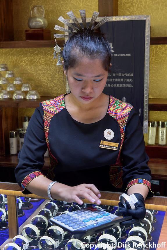 Verkauf von Silberschmuck im Dorf Binlang der Minderheiten der Li und Miao bei Sanya auf der Insel Hainan, China<br /> Sale of silver jewellery, Village Binlang of Li and Miao minorities near Sanya, Hainan island, China