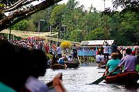 Cerca de três mil pessoas participaram na manhã de ontem, do tradicional círio de Macapazinho. A localidade festejou a 86º romaria pelas águas do rio Apeú. A imagem de Nossa Senhora de Nazaré foi seguida por dezenas de devotos, que acompanharam a romaria fluvial de canoas.<br /> <br /> A comunidade de Macapazinho está localizada a quinze quilômetros de Castanhal, e todos os anos milhares de devotos vão festejar a padroeira dos paraenses. A imagem de Nossa Senhora de Nazaré saiu da agrovila Boa Vista e seguiu pelo rio Apeú por oito quilômetros até chegar a Macapazinho. <br /> <br /> <br /> Depois de uma hora navegando pelas águas do rio Apeú, a romaria chegou a Macapazinho. A imagem da padroeira foi conduzida pelo pároco da comunidade Cristo Rei, <br /> <br /> Depois de chegar ao trapiche os fiéis caminharam pela comunidade, onde foi celebrada uma missa campal no coreto da pequena praça que fica as margens do rio Apeú.Castanhal, Pará, Brasil.<br /> <br /> Foto: Ney Marcondes<br /> 03/08/2013