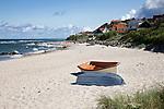 Denmark, Zealand, Kattegat Coast, Tisvilde: Boats on white sand beach | Daenemark, Insel Seeland, Tisvilde: Sandstrand am Kattegat