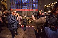 Gedenken am Dienstag den 19. Dezember 2017 anlaesslich des 1. Jahrestag des Terroranschlag auf den Weihnachtsmarkt auf dem Berliner Breitscheidplatz am 19.12.2016 durch den Terroristen Anis Amri.<br /> Im Bild: Journalisten berichten vom Gedenkort.<br /> 19.12.2017, Berlin<br /> Copyright: Christian-Ditsch.de<br /> [Inhaltsveraendernde Manipulation des Fotos nur nach ausdruecklicher Genehmigung des Fotografen. Vereinbarungen ueber Abtretung von Persoenlichkeitsrechten/Model Release der abgebildeten Person/Personen liegen nicht vor. NO MODEL RELEASE! Nur fuer Redaktionelle Zwecke. Don't publish without copyright Christian-Ditsch.de, Veroeffentlichung nur mit Fotografennennung, sowie gegen Honorar, MwSt. und Beleg. Konto: I N G - D i B a, IBAN DE58500105175400192269, BIC INGDDEFFXXX, Kontakt: post@christian-ditsch.de<br /> Bei der Bearbeitung der Dateiinformationen darf die Urheberkennzeichnung in den EXIF- und  IPTC-Daten nicht entfernt werden, diese sind in digitalen Medien nach §95c UrhG rechtlich geschuetzt. Der Urhebervermerk wird gemaess §13 UrhG verlangt.]