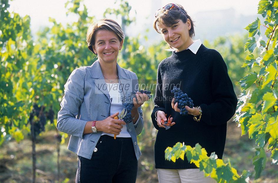 Europe/Italie/Ombrie/Torgiano : Domaine Lungarotti - Thérésa Severini et Chiara Lungarotti dans le vignoble lors des vendanges