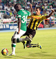 CALI -COLOMBIA-02-04-2014. Carlos Augusto Rivas (Izq) del Deportivo Cali disputa el balón con Juan Guillermo Arboleda (der) de Alianza Petrolera durante partido por la fecha 14 de la Liga Postobón I 2014 jugado en el estadio Pascual Guerrero de la ciudad de Cali./ Deportivo Cali player Carlos Augusto Rivas (L) fights for the ball with Alianza Petrolera player Juan Guillermo Arboleda (R) during match for the 14th date of Postobon League I 2014 played at Pascual Guerrero stadium in  Cali city.Photo: VizzorImage/ Juan C. Quintero /STR