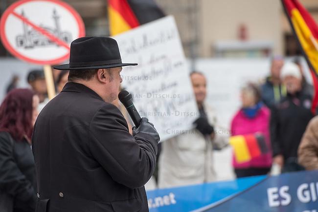 """Rechte demonstrieren in Bautzen gegen Fluechtlinge.<br /> Am Sonntag den 18. September 2016 versammelten sich im saechsischen Bautzen ca. 120 Rechte zu einem Kundgebung mit anschliessender Demonstration um gegen Fluechtlinge zu demonstrieren. Sie riefen Parolen gegen Fluechtlinge und gegen Angela Merkel und beschimpften Medienvertreter als """"Volksverraeter"""".<br /> Nach Aussagen von Anwohnern waren nur etwa 15 Teilnehmer aus Bautzen. Bautzener Rechtsextreme hatten zuvor aufgerufen, sich vorerst nicht an Demonstrationen zu beteiligen, bis ein von ihnen an die Stadtverwaltung gestelltes Ultimatum, zu Loesung der Fluechtlingsfrage verstrichen ist.<br /> Im Bild: Der Dresdner """"Pegida-Anwalt"""" Jens Lorek.<br /> 18.9.2016, Bautzen/Sachsen<br /> Copyright: Christian-Ditsch.de<br /> [Inhaltsveraendernde Manipulation des Fotos nur nach ausdruecklicher Genehmigung des Fotografen. Vereinbarungen ueber Abtretung von Persoenlichkeitsrechten/Model Release der abgebildeten Person/Personen liegen nicht vor. NO MODEL RELEASE! Nur fuer Redaktionelle Zwecke. Don't publish without copyright Christian-Ditsch.de, Veroeffentlichung nur mit Fotografennennung, sowie gegen Honorar, MwSt. und Beleg. Konto: I N G - D i B a, IBAN DE58500105175400192269, BIC INGDDEFFXXX, Kontakt: post@christian-ditsch.de<br /> Bei der Bearbeitung der Dateiinformationen darf die Urheberkennzeichnung in den EXIF- und  IPTC-Daten nicht entfernt werden, diese sind in digitalen Medien nach §95c UrhG rechtlich geschuetzt. Der Urhebervermerk wird gemaess §13 UrhG verlangt.]"""