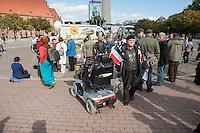 """Mit einem sogenannten """"Global March against Chemtrails and Geoengeneering"""" protestierten ca. 35-40 Menschen am Samstag den 27. September 2014 in Berlin gegen """"Wetterwaffen"""" und das Haarp-Program der US-Armee.<br /> Im Bild: Unter den Teilnehmern waren auch einige Vertreter der selbsternannten """"Reichsbuerger"""", einer Gruppierung von Rechtsextremen, die die Bundesrepublik als Staat nicht anerkennen.<br /> 27.9.2014, Berlin<br /> Copyright: Christian-Ditsch.de<br /> [Inhaltsveraendernde Manipulation des Fotos nur nach ausdruecklicher Genehmigung des Fotografen. Vereinbarungen ueber Abtretung von Persoenlichkeitsrechten/Model Release der abgebildeten Person/Personen liegen nicht vor. NO MODEL RELEASE! Don't publish without copyright Christian-Ditsch.de, Veroeffentlichung nur mit Fotografennennung, sowie gegen Honorar, MwSt. und Beleg. Konto: I N G - D i B a, IBAN DE58500105175400192269, BIC INGDDEFFXXX, Kontakt: post@christian-ditsch.de<br /> Urhebervermerk wird gemaess Paragraph 13 UHG verlangt.]"""