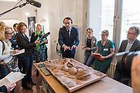 """Die Skulpturensammlung und das Museum fuer Byzantinische Kunst der Staatlichen Museen zu Berlin restaurieren derzeit 59 Kunstwerke, von denen viele im Zweiten Weltkrieg in den Flakbunker Friedrichshain ausgelagert wurden und dort schwere Schaeden durch zwei verheerende Braende erlitten haben. Unter den Skulpturen und Reliefs der Renaissance-Zeit finden sich u.a. Meisterwerke wie Donatellos """"Madonna mit vier Cherubim"""" (um 1440) und Tullio Lombardos Schildtraeger (Ende 15. Jh.).<br /> Dank der grosszuegigen Foerderung der Ernst von Siemens Kunststiftung konnte 2017 ein umfassendes Restaurierungs- und Forschungsprojekt fuer die Bestaende des Bode-Museums gestartet werden, die von den Spuren der Braende und ihrer dramatischen Geschichte in und nach dem Krieg gezeichnet sind. Im Rahmen der Initiative KUNST AUF LAGER werden adaequate Restaurierungs- und Ergaenzungsmassnahmen erarbeitet und durchgefuehrt – mit dem Ziel, viele dieser Hauptwerke nach mehr als 70 Jahren wieder der Oeffentlichkeit praesentieren zu koennen.<br /> Im Bild: Das 1945 bei einem Feuer beschaedigte Relief """"Madonna mit Kind mit zwei Cherubinen"""" des Bildhauers Donatello. Enstanden ca. 1440/45.<br /> Neville Rowley, Kurator fuer italienische Kunst vor 1500 an der Gemaeldegalerie und Skulpturensammlung, erklaert Journalisten die Arbeit der Wiederherstellung.<br /> 10.4.2018, Berlin<br /> Copyright: Christian-Ditsch.de<br /> [Inhaltsveraendernde Manipulation des Fotos nur nach ausdruecklicher Genehmigung des Fotografen. Vereinbarungen ueber Abtretung von Persoenlichkeitsrechten/Model Release der abgebildeten Person/Personen liegen nicht vor. NO MODEL RELEASE! Nur fuer Redaktionelle Zwecke. Don't publish without copyright Christian-Ditsch.de, Veroeffentlichung nur mit Fotografennennung, sowie gegen Honorar, MwSt. und Beleg. Konto: I N G - D i B a, IBAN DE58500105175400192269, BIC INGDDEFFXXX, Kontakt: post@christian-ditsch.de<br /> Bei der Bearbeitung der Dateiinformationen darf die Urheberkennzeichnung in"""