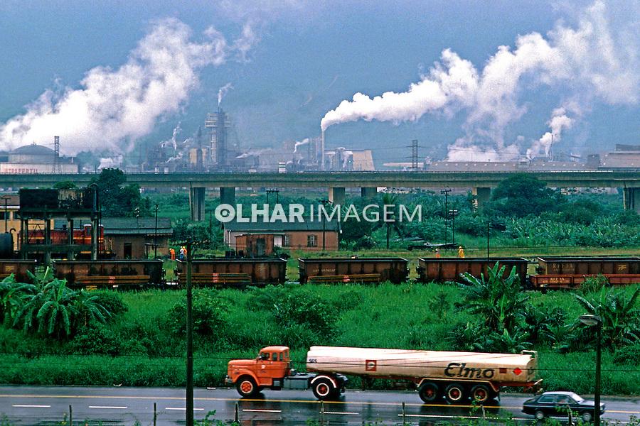 Industrias poluindo o ar em vila Parisi. Cubatão. 1984. Foto de Daniel Augusto Jr.