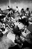 Mozambico,scuola primaria a Maputo, senza tavoli e banchi