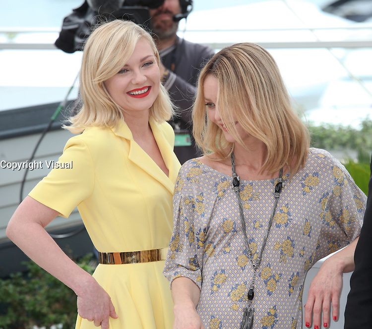 KIRSTEN DUNST AND VANESSA PARADIS - PHOTOCALL OF THE JURY AT THE 69TH FESTIVAL OF CANNES 2016