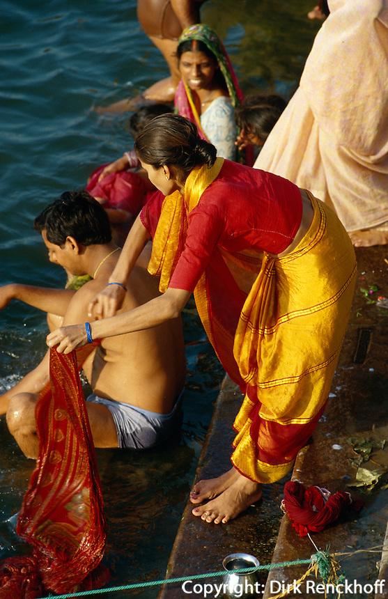 Pilger baden am Dasswamedh Ghat im Ganges, Varanasi (Uttar Pradesh), Indien
