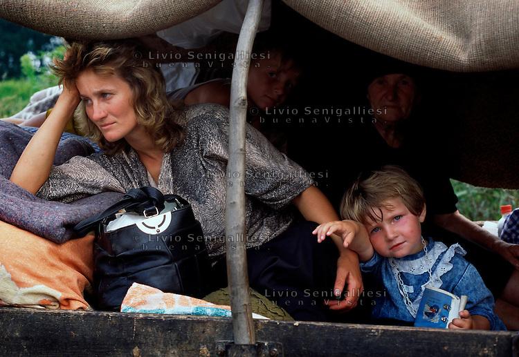 Sremska Raca / confine Bosnia-Serbia agosto 1995.<br /> Donne a bambini a bordo di un carro. Fanno parte di una colonna di migliaia di profughi serbi in fuga dalla regione della Krajina a causa dell'offensiva dell'esercito croato denominata 'Tempesta'.<br /> Women with children aboard a wagon. They are part of a column of thousands of Serb refugees fleeing Krajina region because of the offensive of the Croatian Army called 'Storm'.<br /> Photo Livio Senigalliesi