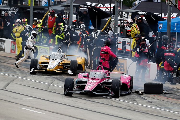 #60: Jack Harvey, Meyer Shank Racing Honda, #2: Josef Newgarden, Team Penske Chevrolet, pit stop