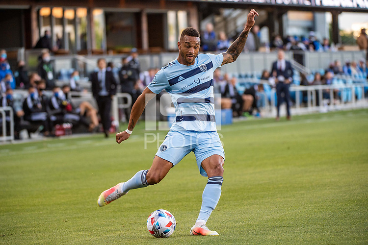 SAN JOSE, CA - MAY 22: Khiry Shelton #11 of Sporting Kansas City passes the ball during a game between San Jose Earthquakes and Sporting Kansas City at PayPal Park on May 22, 2021 in San Jose, California.