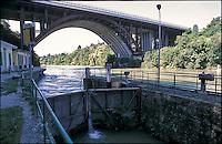 Trezzo sull'Adda (Milano). L'incile del Naviglio Martesana sul fiume Adda in località Concesa e un ponte autostradale --- Trezzo sull'Adda (Milan). The derivation of the Naviglio Martesana canal from the river Adda and a highway bridge