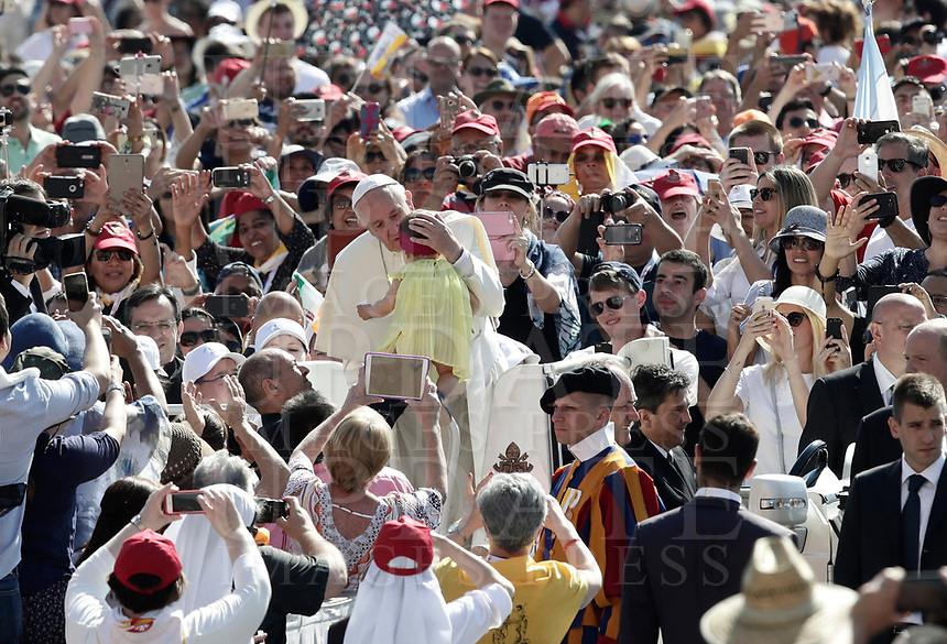 Papa Francesco bacia una bambina al suo arrivo all'udienza generale del mercoledi' in Piazza San Pietro, Citta' del Vaticano, 31 maggio, 2017.<br /> Pope Francis kisses a child as he arrives to lead his weekly general audience in St. Peter's Squareat the Vatican, on May 31, 2017.<br /> UPDATE IMAGES PRESS/Isabella Bonotto<br /> STRICTLY ONLY FOR EDITORIAL USE