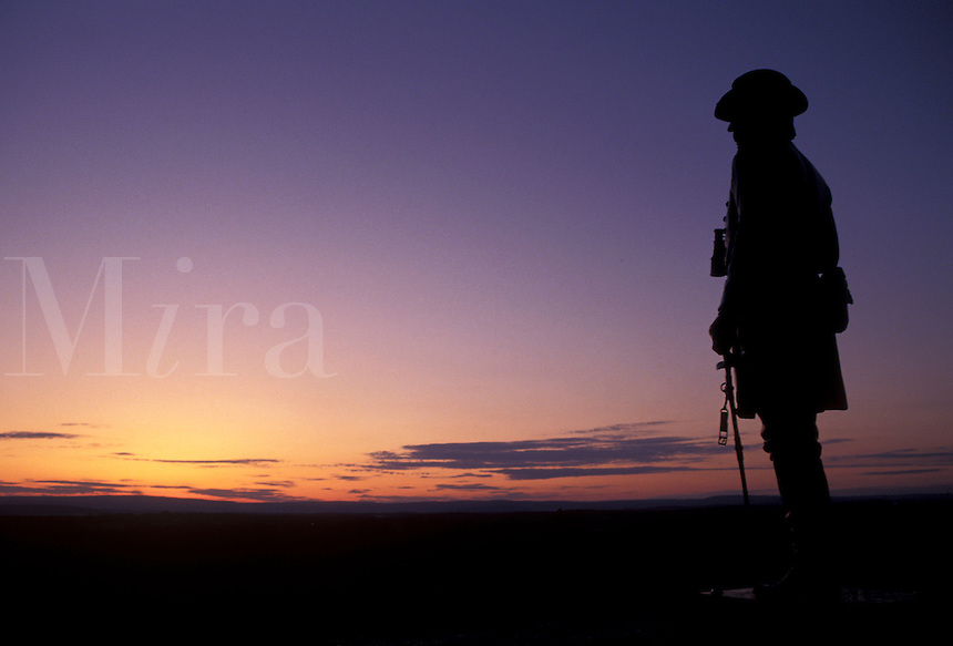 AJ2709, Gettysburg, civil war, sunrise, sunset, Pennsylvania, Silhouette of the state of Brigadier General Gouvernor K. Warren Meade (chief engineer of the Union Army) at sunset on Little Round Top in Gettysburg National Military Park in Gettysburg in the state of Pennsylvania.