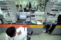 INDIA Mumbai Bombay, research and development at lifescience center of pharma company Nicolas Piramal Ltd. / INDIEN Bombay Mumbai, Forschungslabor der Pharmafirma Nicolas Piramal Ltd., Entwicklung und Herstellung von Generika und neuen Medikamenten gegen Krebs