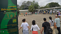 """São Paulo (SP), 06/10/2019 - Abraço do Ibirapuera - Populares realizam um abraço simbólico no Parque do Ibirapuera na manhã deste domingo, 06 em São Paulo. O ato organizado pelo Forum Verde Permanente de Parques, Praças e Áreas Verdes e foi realizado para protestar contra o Plano Diretor que está sendo feito para favorecer a empresa concessionária, sem consultar as necessidades da população. A elaboração do Plano Diretor do Parque Ibirapuera foi exigência do acordo entre o Ministério Público, o Vereador Natalini, autores da Acão Civil Pública contra a concessão do Parque Ibirapuera e outros, mas o processo foi atropelado em termos de prazos, divulgação e participação efetiva da população, uma vez que a maior parte dos supostos """"usuários"""" do Ibirapuera eram funcionários ligados à Construcapi, configurando-se conflito de interesses. (Foto: Levi Bianco\Brazil Photo Press)"""