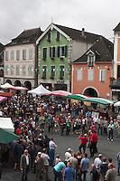 Europe/France/Aquitaine/64/Pyrénées-Atlantiques/Pays-Basque/Tardets-Sorholus: Le groupe de musique basque Xiberoko Kantariak lors de la traditionnelle foire au fromage