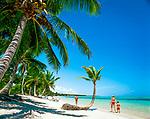 Dominikanische Republik, Punta Cana, Playa Bavaro, Familie beim Spaziergang am Strand | Dominican Republic, Punta Cana, Bavaro beach, family walking the beach