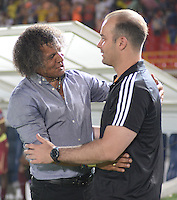 IBAGUÉ -COLOMBIA, 08-06-2015. Alberto Gamero (Izq) técnico de Deportes Tolima de Colombia se saluda con Eduardo Sarago (Der) tecnico del Deportivo La Guaira de Venezuela durante partido de la primera fase, llave G12 de la Copa Sudamericana 2016 jugado en el estadio Manuel Murillo Toro de la ciudad de Ibagué./ Alberto Gamero (L) coach of  Deportes Tolima of Colombia  is greeting with Eduardo Sarago (R) coach of Deportivo La Guaira of Venezuela during match for the first phase, Kye G12, of the South American Cup 2016 played at Manuel Murillo Toro stadium in Ibague city. Photo: VizzorImage / Juan Carlos Escobar / Str