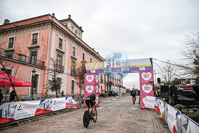 Riders recon the course before the start of Stage 2 of the CERATIZIT Challenge by La Vuelta 2020, an individual time trial running 9.3km around Boadilla del Monte, Spain. 6th November 2020.<br /> Picture: Antonio Baixauli López/BaixauliStudio | Cyclefile<br /> <br /> All photos usage must carry mandatory copyright credit (© Cyclefile | Antonio Baixauli López/BaixauliStudio)