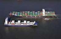 Container Schiff und Feeder Schiff auf der Elbe: EUROPA, DEUTSCHLAND, HAMBURG, (EUROPE, GERMANY), 05.03.2011: Container Schiff und Feeder Schiff auf der Elbe, Feeder Schiffe verteilen die Container in Häfen die von den Container Schiffen nicht angefahren werden.