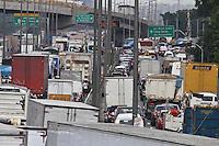 SAO PAULO, SP, 03 DE DEZEMBRO 2011 - TRANSITO MARGINAL TIETE - Transito na Marginal Tiete 03/12 sentido da Rod. Castelo Branco, reflexo do acidente que acointeceu na noite de ontem. FOTO: LUIZ GUARNIERI - NEWS FREE