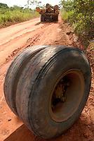 Policiais militares investigam caminhão abandonado.  Caminhão carregado de madeira é abandonado na viscinal 18 após perder o pneu durante o transporte. <br /> Tailândia Pará Brasil<br /> Foto Paulo Santos<br /> 26 02 2008
