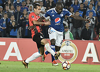 BOGOTA - COLOMBIA, 17-04-2018: Eliser Quiñonez (Der) jugador de Millonarios de Colombia disputa el balón con xxxLeonardo Aponte Maute (Izq) jugador de Deportivo Lara de Venezuela durante partido por la fecha 3, grupo G, de la CONMEBOL Libertadores 2018 jugado en el estadio Nemesio Camacho El Campin de la ciudad de Bogotá. / Eliser Quiñonez (R) player of Millonarios of Colombia fights for the ball with Leonardo Aponte Maute (L) player of Lara of Venezuela during match for the date 3, group G, of the CONMEBOL Libertadores 2018 played at Nemesio Camacho El Campin stadium in Bogota city. Photo: VizzorImage / Gabriel Aponte / Staff.