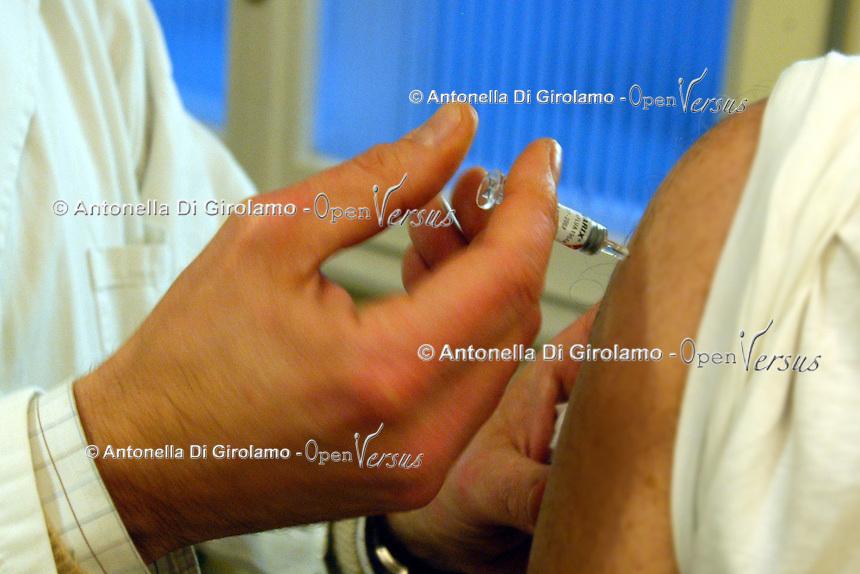 Medico somministra il vaccino antinfluenzale al un anziano. .Doctor administering the flu vaccine to an elderly person.....