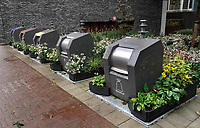 Nederland - Amsterdam- 2020.   Plantenbakken rondom de containers.  De gemeente hoopt met het plaatsen van plantenbakken te voorkomen dat mensen hun afval naast de containers zetten.    Foto ANP / HH / Berlinda van Dam