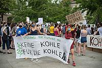 """Fridays for Future protestierte am Freitag den 26. Juni 2020 in Berlin vor dem Bundeswirtschaftsministerium gegen das Kohleausstiegsgesetz der Bundesregierung und eroeffnete eine """"Galerie des Scheiterns"""".<br /> Im Bild: Kundgebung im Anschluss an die Eroeffnug der Ausstellung.<br /> 26.6.2020, Berlin<br /> Copyright: Christian-Ditsch.de<br /> NUR FUER REDAKTIONELLE ZWECKE! Werbung nur auf Anfrage beim Fotografen. [Inhaltsveraendernde Manipulation des Fotos nur nach ausdruecklicher Genehmigung des Fotografen. Vereinbarungen ueber Abtretung von Persoenlichkeitsrechten/Model Release der abgebildeten Person/Personen liegen nicht vor. NO MODEL RELEASE! Don't publish without copyright Christian-Ditsch.de, Veroeffentlichung nur mit Fotografennennung, sowie gegen Honorar, MwSt. und Beleg. Konto: I N G - D i B a, IBAN DE58500105175400192269, BIC INGDDEFFXXX, Kontakt: post@christian-ditsch.de<br /> Bei der Bearbeitung der Dateiinformationen darf die Urheberkennzeichnung in den EXIF- und  IPTC-Daten nicht entfernt werden, diese sind in digitalen Medien nach §95c UrhG rechtlich geschuetzt. Der Urhebervermerk wird gemaess §13 UrhG verlangt.]"""