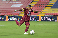 IBAGUE - COLOMBIA, 25-04-2021: Jose Ortiz del Tolima en acción durante el partido entre Deportes Tolima y Deportivo Cali por los cuartos de final ida de la Liga BetPlay DIMAYOR I 2021 jugado en el estadio Manuel Murillo Toro de la ciudad de Ibagué. / Jose Ortiz of Tolima in action during match for the quarterfinal first leg between Deportes Tolima and Deportivo Cali of BetPlay DIMAYOR League I 2021 played at Manuel Murillo Toro stadium in Ibague city.  Photo: VizzorImage / Joan Stiven Orjuela / Cont