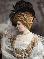 """Cecile Sorel (1873-1966) comedienne francaise (Comedie Francaise), photo Reutlinger extraite du journal """"Le Theatre"""" du 11 aout 1906   ---   French actress Cecile Sorel (1873-1966) photo by Reutlinger from french paper """"Le Theatre"""" august 11, 1906"""