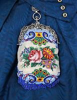 Nederland - Zaandam - 2019.  Klederdracht van klederdracht groep de Zaanse Kaper. Gebreid kralentasje met zilveren beugel.   Foto Berlinda van Dam / Hollandse Hoogte