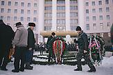 Demonstranten legen vor dem Parlament Kränze nieder. Zehntausende demonstrieren gegen die neue Regierung in Chisinau, Republik Moldau. / <br />Funeral wreaths placed in front of the parliament by protesters. Tens of thousands protest against the new government in Chisinau, Republic of Moldova.