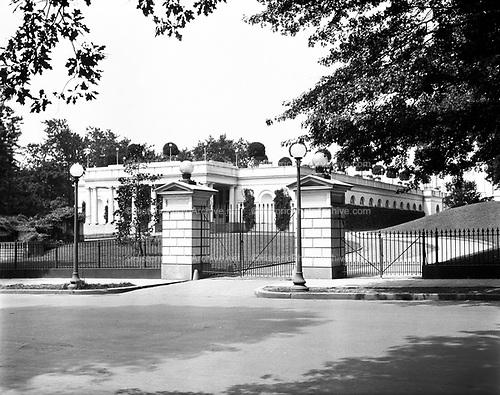 0613-B093.  North gate of the White House, Washington, DC, 1922
