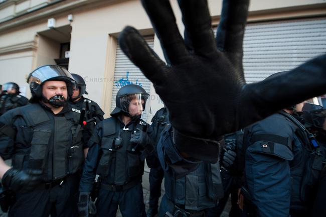 """Demonstration gegen steigende Mieten und Zwangsraeumungen in Berlin.<br />Am Samstag den 29. Maerz 2014 demonstrierten ueber 500 Menschen in Berlin-Kreuzberg mit einer sog. """"Laerm-Demo"""" gegen steigende Mieten und Zwangsraeumungen. Es war die 25. """"Laerm-Demo"""".<br />Die Demonstration wurde zum ersten Mal von starken Polizeikraeften begleitet; dazu waren 3 Einsatzhundertschaften der Berliner Polizei und eine Hundertschaft einer speziellen Festnahmeeinheit aus Sachsen-Anhalt im Einsatz. Die Festnahmeeinheit ist fuer ihr hartes Eingreifen bekannt und war zu Uebungszwecken fuer einen Einsatz am 1. Mai nach Berlin gekommen. Bereits im Vorfeld der Demonstration kam es zu Platzverweisen, Beschlagnahmungen von Flugblaettern, und der Festnahme eines Flugblattverteilers.<br />Waehrend der Abschlusskundgebung der Demonstration stuermte die Polizei eine nahe gelegene Ladenwohnung, vor der junge Leute zu lauter Musik tanzten. Dabei wurde Mobiliar in der Wohnung von vermummten Polizeibeamten zerstoert und ein Teil der Musikanlage beschlagnahmt. Vor der Wohnung griffen Beamte der Spezialeinheit aus Sachsen-Anhalt Journalisten an und versuchten, Kameras zu beschaedigen und sie am arbeiten zu hindern (im Bild).<br />29.3.2014, Berlin<br />Copyright: Christian-Ditsch.de<br />[Inhaltsveraendernde Manipulation des Fotos nur nach ausdruecklicher Genehmigung des Fotografen. Vereinbarungen ueber Abtretung von Persoenlichkeitsrechten/Model Release der abgebildeten Person/Personen liegen nicht vor. NO MODEL RELEASE! Don't publish without copyright Christian-Ditsch.de, Veroeffentlichung nur mit Fotografennennung, sowie gegen Honorar, MwSt. und Beleg. Konto:, I N G - D i B a, IBAN DE58500105175400192269, BIC INGDDEFFXXX, Kontakt: post@christian-ditsch.de]"""