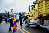 """ARMENIA - COLOMBIA, 03-06-2021: En el departamento del Quindío, los manifestantes junto a la Minga Indígena y los camioneros, tuvieron bloqueado el paso vehicular hacia """"La Línea"""" por más de 20 días; este tramo vial es un corredor importante para el país ya que conecta el norte y el suroccidente de Colombia. A más de un mes del inicio del Paro Nacional, los campesinos han tenido que reinventar la forma para mantener sus cultivos y criaderos activos para minimizar las pérdidas por los bloqueos que aún se mantienen en las vías. Según cifras del Ministerio de Hacienda, las pérdidas diarias están en un monto de $480.000 millones de pesos colombianos, lo cual sumando la totalidad de los días del Paro Nacional, suman un total de $10,8 billones de pesos colombianos. / In the department of Quindío, the protesters, together with the Indigenous Minga and the truckers, have blocked the road to """"La Línea"""" for more than 20 days; this stretch of road is an important corridor for the country as it connects the north and southwest of Colombia. More than a month after the beginning of the National Strike, farmers have had to reinvent the way to keep their crops and farms active in order to minimize losses due to the blockades that still remain on the roads. According to figures from the Ministry of Finance, daily losses are in the amount of $480,000 million Colombian pesos, which adding the total number of days of the National Strike, add up to a total of $10.8 billion Colombian pesos. Photo: VizzorImage / Santiago Castro / Cont"""