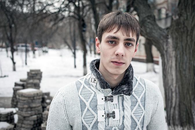 """Sergej, Verkäufer, aus Myroniwski, Kramatorsk, 23 Jahre: """"Wo mein Bruder und ich zur Schule gegangen sind, ist jetzt alles kaputt. Die Leute leben dort im Keller. Ich kann nicht verstehen, warum dieser Krieg angefangen hat, sie haben mir alles kaputt gemacht, ich kann nicht mehr arbeiten, sie bauen neue Grenzen zwischen uns, aber wir sind Brüder."""""""